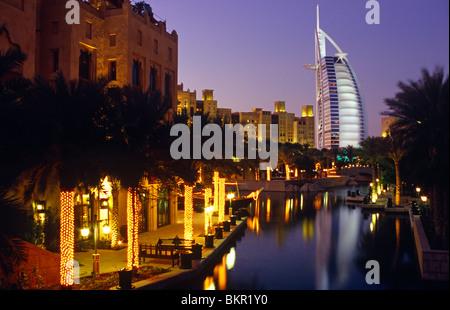 Emirats Arabes Unis (ou eau), Dubaï. L'emblématique Burj Al-Arab monte à côté de l'hôtel Mina a'Salam Hôtel à Madinat Banque D'Images