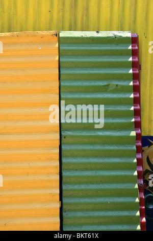 Panneaux ondulés colorés à La Boca, Buenos Aires, Argentine Banque D'Images