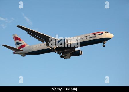 Un British Airways (BA) Boeing 767 en venant d'atterrir à l'aéroport de Londres Heathrow, Royaume-Uni. Août 2009. Banque D'Images