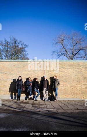 Les étudiants sortir par un mur Banque D'Images