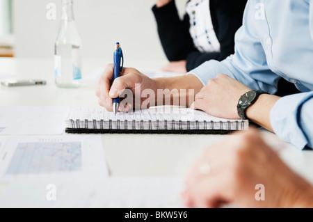 Écrit dans l'ordinateur portable Banque D'Images