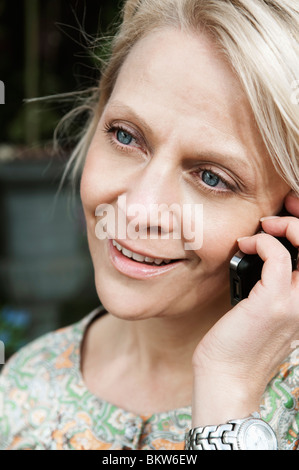 Femme parlant au téléphone Banque D'Images