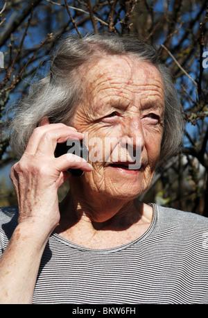 Vieille Femme parlant au téléphone