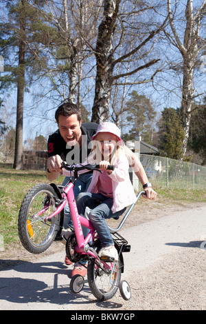 Girl rendez pour un wheelie Banque D'Images