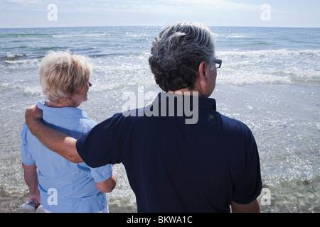 L'homme et la femme face à l'eau Banque D'Images