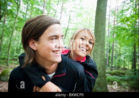 Hug dans les bois Banque D'Images