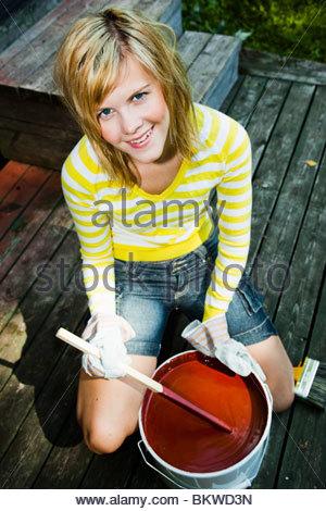 Gilr striring peinture rouge Banque D'Images