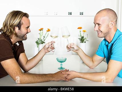 Deux hommes faire un toast Banque D'Images