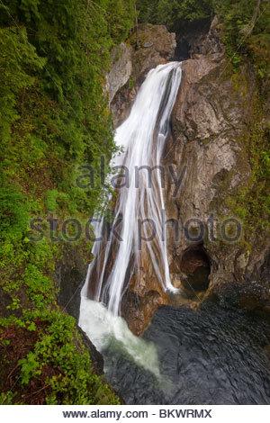 La branche sud de la rivière Snoqualmie 135 pieds (41 mètres) de la Twin Falls près de North Bend, Washington. Banque D'Images