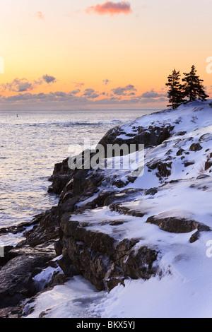 L'aube sur l'océan Atlantique en hiver vus de près de Schooner sur la tête du Maine Acadia National Park. Banque D'Images