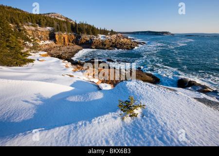 Un matin d'hiver sur la côte du Maine dans l'Acadia National Park. Ocean Drive section du parc. Banque D'Images
