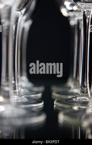 Extreme close up de verres à vin vide alignés Banque D'Images