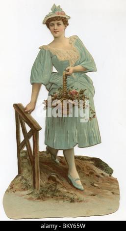 Jolie dame en robe bleue marchant sur une passerelle tenant un panier de fleurs Banque D'Images