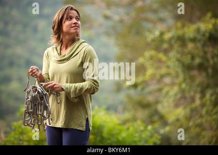 Une femme prépare la corde pour une montée au Brésil. Banque D'Images