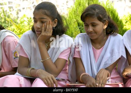 Les filles en classe de l'école à Ralegan Siddhi, près de Pune, Maharashtra, Inde Banque D'Images
