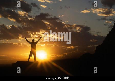 Paysages et nature des concepts d'inspiration: silhouette of man célébrant le ciel coucher de soleil spectaculaire Banque D'Images