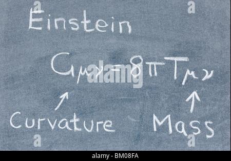 L'équation de champ d'Einstein écrit sur un tableau noir
