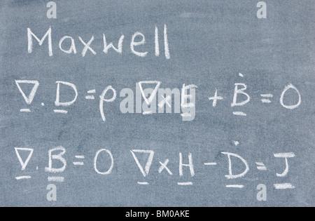 L'équation de Maxwell écrit sur un tableau noir