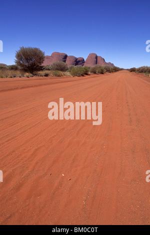 La voie de l'Outback und Kata Tjuta, les Olgas, vue de Docker River Road, le Parc National d'Uluru-Kata Tjuta, Territoire Banque D'Images