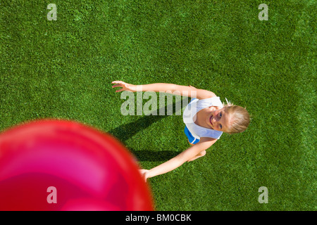 Girl playing ball Banque D'Images
