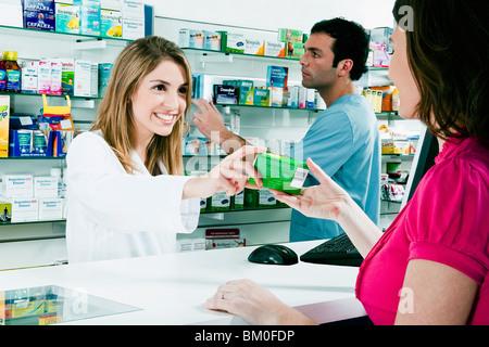 Femme médecin d'administrer un médicament à un client Banque D'Images