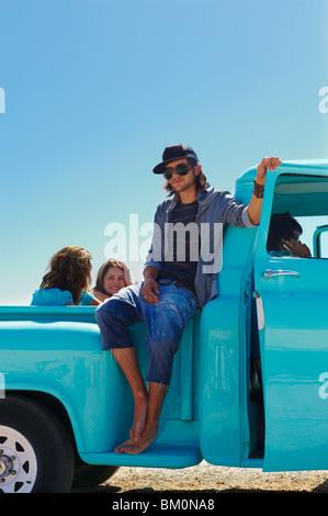 Homme assis sur le côté de la camionnette Banque D'Images