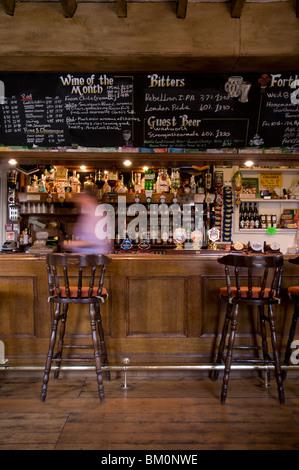 Public irlandais bar, bar man Banque D'Images