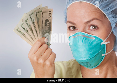Female doctor holding notes Banque D'Images
