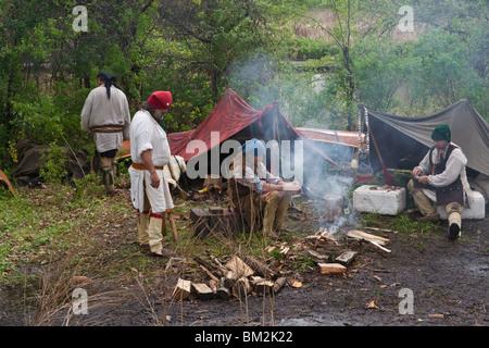 XVIII siècle marchands hollandais portant des costumes colorés assis par un feu dans un camp lors d'un procès équitable Banque D'Images