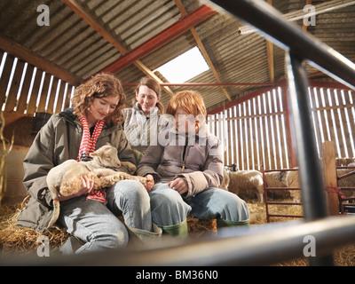 Farmer & Enfants avec agneaux Banque D'Images