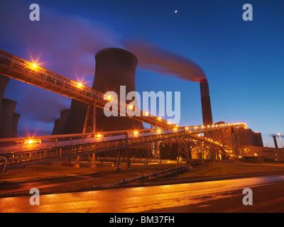 Centrale thermique au charbon de nuit