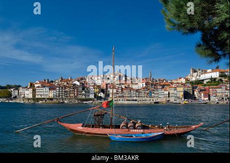 Au Portugal, la Costa Verde, Porto, le quartier de Ribeira sur le Douro, avec un vin de Porto Barge Banque D'Images