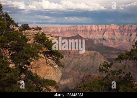 Scenic panoramique vista, Bright Angel à partir de la rive nord Grand Canyon orage lointain petit peuple touristique Banque D'Images