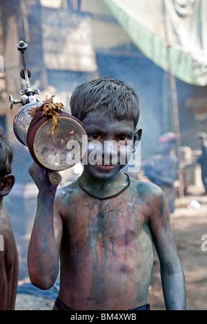 Garçon célébrant Holi festival. Varanasi. L'Inde Banque D'Images