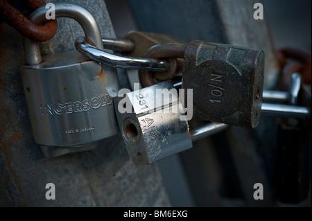 Entrebarrage interlocking enchaîné sur une porte cadenas Banque D'Images