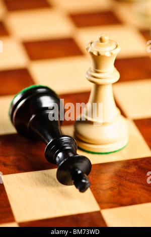 Libre de checkmate sur le roi par la reine gagne dans les partie d'échecs