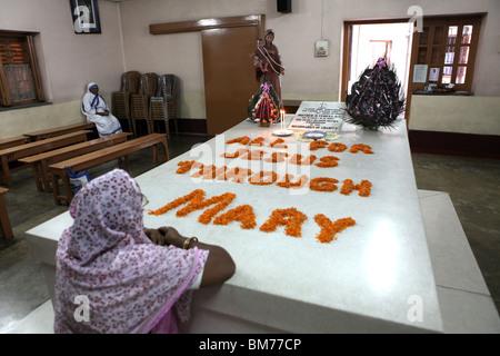 Un num prie sur la tombe de Mère Teresa à Maison Mère à Kolkata, anciennement Calcutta dans le Bengale occidental, Banque D'Images