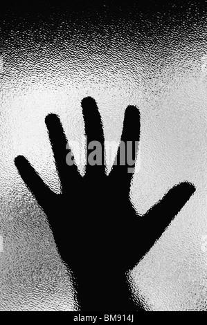 La main de femme sur la fenêtre demander de l'aide Banque D'Images