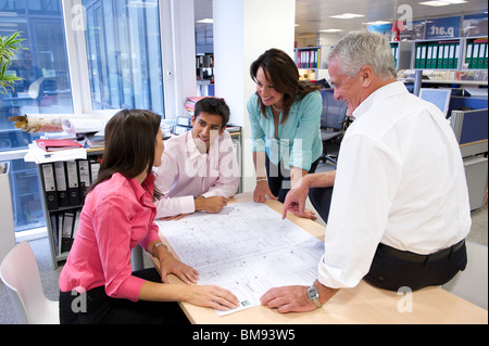 Discuter de l'équipe plans architecturaux in office Banque D'Images