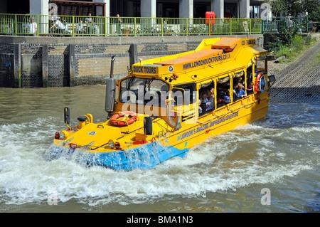 Close up de forme inhabituelle du transport public de voyageurs excursion amphibie conduite d'autobus dans la Tamise pour les visites touristiques de Londres UK riverside