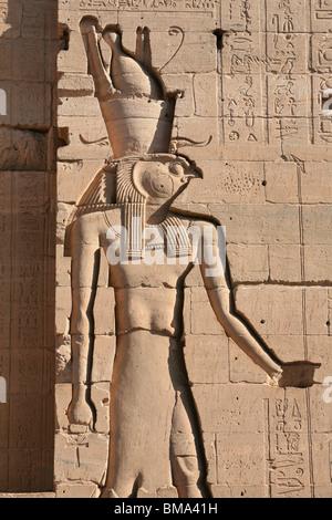 Relief du dieu égyptien Horus sur le mur de la premier pylône au Temple de Philae en Egypte Banque D'Images