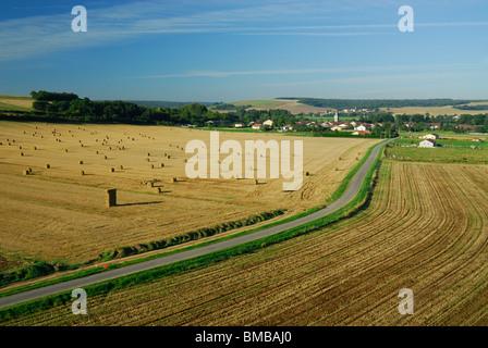 Vue aérienne du village de Troyon en été. Meuse, Lorraine, France Banque D'Images