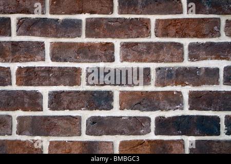 Mur de brique - ligne blancs périodique sur la vieille brique Banque D'Images