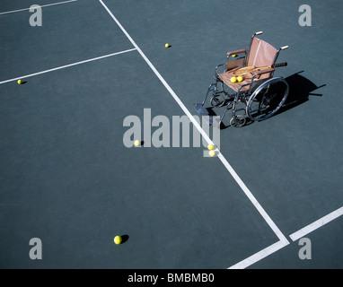 La vie d'un encore-fauteuil roulant vide sur un court de tennis Banque D'Images