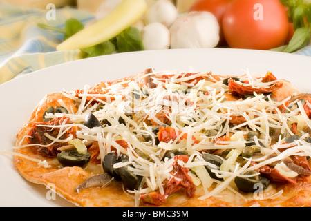 Pizza aux olives et parmesan Banque D'Images