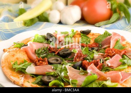 Pizza au jambon, olives et poivron capsicum Banque D'Images
