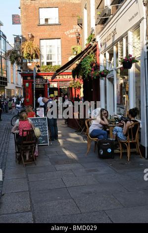 Les clients à l'extérieur du Temple Bar Pub & Brick Alley cafe dans le quartier historique de Temple Bar de Dublin Banque D'Images