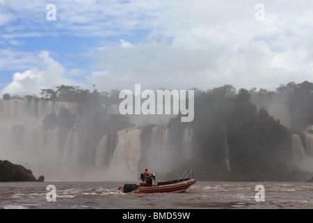 Voile en face de l'Iguassu Falls Banque D'Images
