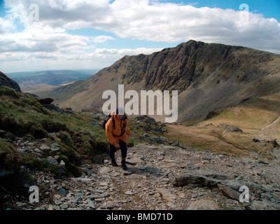 Marcher jusqu'à la Old Man de Coniston de Goat's Hawse, avec Dow Crag et Buck Pike en arrière-plan. Banque D'Images