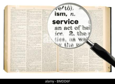 Une loupe sur le mot SERVICE sur un dictionnaire. Isolé sur blanc. Banque D'Images